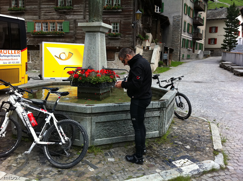 Am Dorfbrunnen von Vals